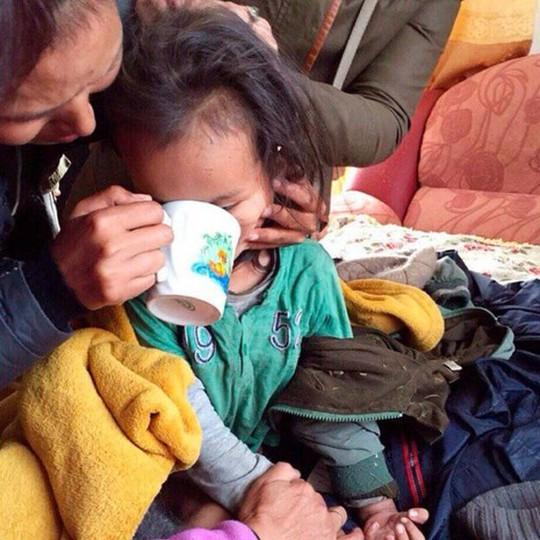 Cậu bé không bị thương tích gì nghiêm trọng, chỉ đói bụng và mệt mỏi. Ảnh: Tuva government