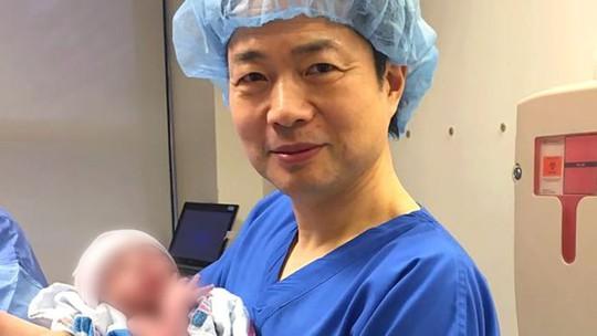 Bác sĩ John Zhang và bé trai đầu tiên có 3 ADN. Ảnh: New Hope Fertility Centre