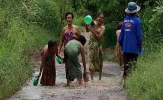 Những người phụ nữ khác bắt chước cô để gây chú ý cho chính quyền sớm sửa chữa đường xá cho người dân