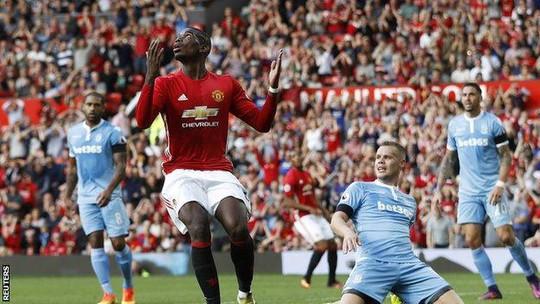 Pogba thất vọng vì cú sút của anh bị thủ môn Stoke City cản phá