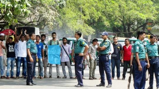 Sinh viên biểu tình đòi trừng phạt kẻ thủ ác và thắt chặt an ninh trường đại học hôm 4-10. Ảnh: Faizullah Wasif