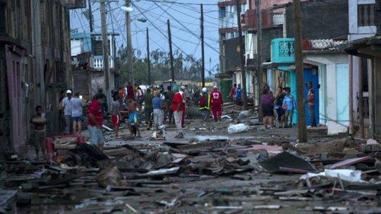 Cơn bão tàn phá thị trấn Baracoa, Cuba. Ảnh: AP