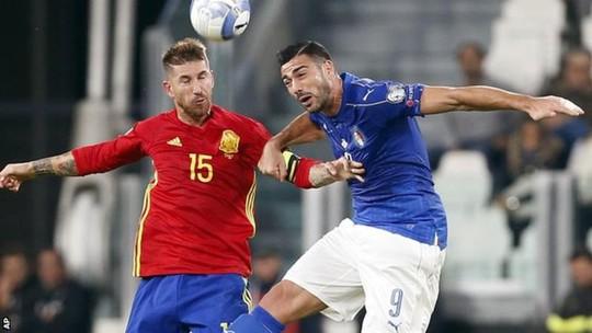 Pelle (phải) trong trận đấu với Tây Ban Nha rạng sáng 7-10