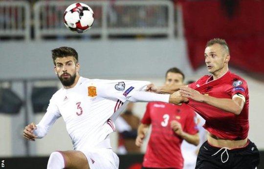 Pique (trái) trong trận đấu với Albania rạng sáng 10-10