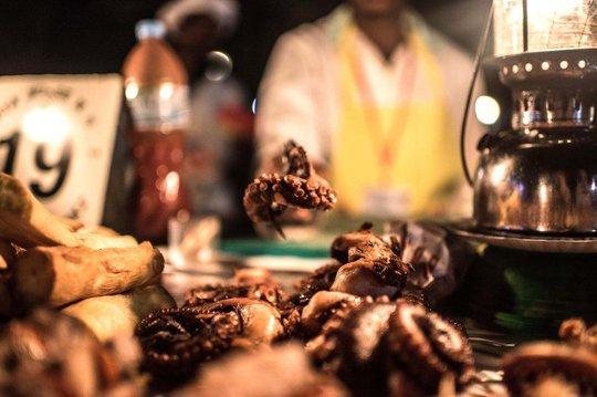 """Bạch tuộc nướng là món """"ruột"""" tại các chợ đêm hải sản ở thị trấn Stone. Ảnh: Tommy Trenchard"""