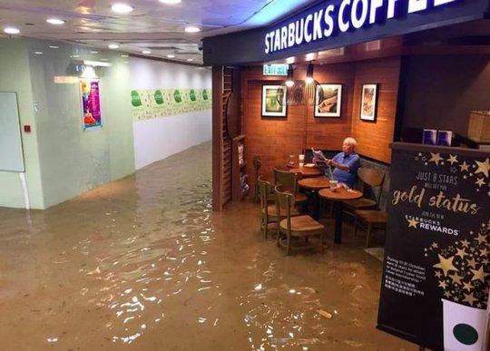 Ông chú Starbucks gây sốt. Ảnh: Facebook