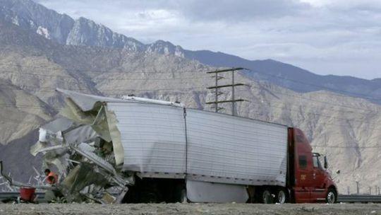 Đuôi xe tải bị tông nát. Ảnh: EPA