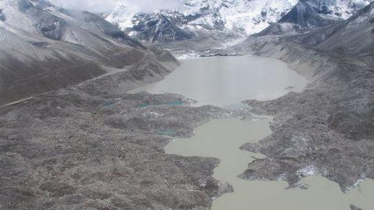 Hồ băng Imja ở độ cao gần 5.000 m. Ảnh: BBC