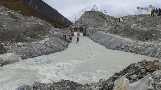 Ban đầu hồ Imja sâu 149 m nhưng con số này giờ giảm xuống còn 3,4 m. Ảnh: BBC