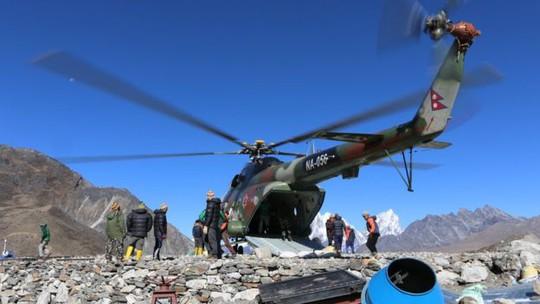 Vật liệu xây dựng được vận chuyển bằng trực thăng. Ảnh: BBC