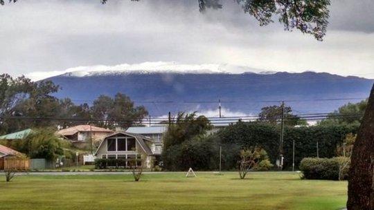 Tuyết rơi trên đỉnh núi ở Hawaii không phải là chuyện lạ. Ảnh: AP