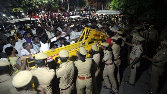 Nhiều người tụ tập bên ngoài bệnh viện sau khi bà Jayaram qua đời. Ảnh: BBC