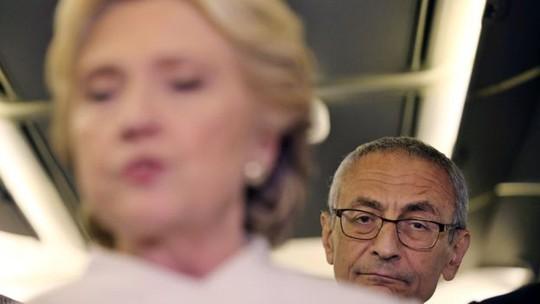 Email của ông John Podesta, người đứng đầu ê-kíp tranh cử của bà Clinton, bị rò rỉ trên Wikileaks. Ảnh: Reuters