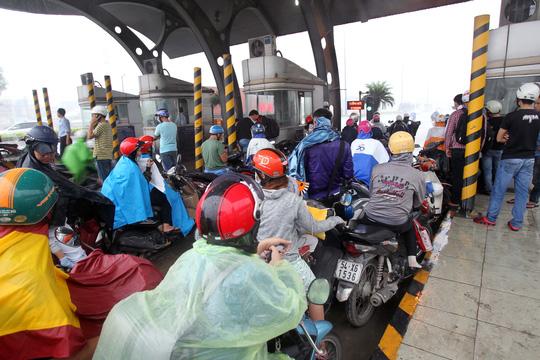 Dù đang mặc áo mưa nhưng nhiều người không dám tiếp tục ra đường vì mưa quất vào mặt, vào mắt không thể làm chủ được tầm nhìn