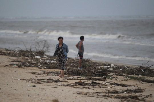 Một số vật dụng của người dân cũng theo con nước tấp lên bãi cát.