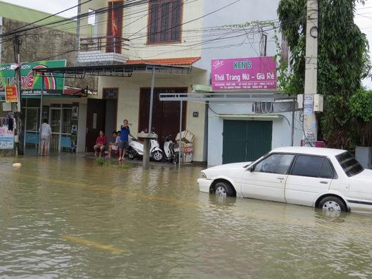 """Lần đầu tiên TP Đồng Hới ngập sâu, người dân """"câu"""" cá trong nhà"""