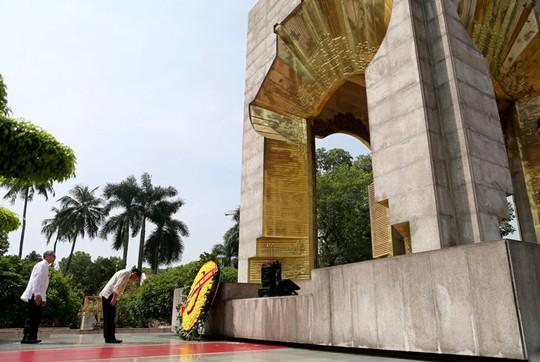Tổng thống Rodrigo Duterte đặt vòng hoa tại Đài tưởng niệm các Anh hùng liệt sĩ - Ảnh: Reuters