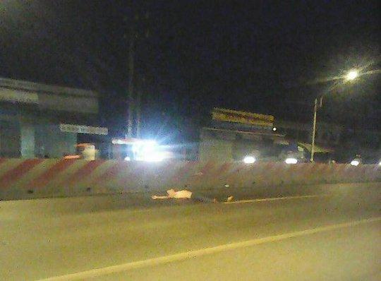 Hình ảnh Hiếu cởi trần nằm chặn xe giữa quốc lộ 1