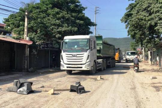 Người dân mang đồ đạc ra đường chặn xe gây ô nhiễm môi trường ở thôn Nam Hải, xã Tĩnh Hải, huyện Tĩnh Gia, Thanh Hóa