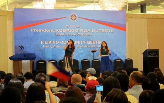 Hai ca sĩ hâm nóng không khí trước buổi gặp mặt của Tổng thống Rodrigo Duterte với cộng đồng Philippines tại Việt Nam