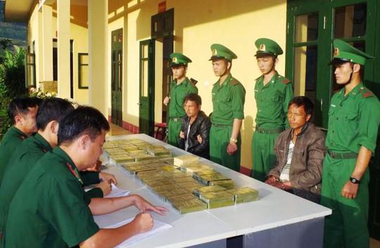 Hai đối tượng người Lào và số lượng lớn heroin bị lực lượng Biên phòng Thanh Hóa bắt giữ