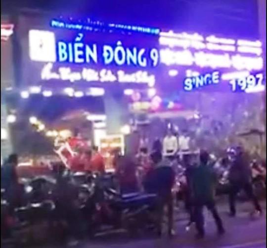 Hình ảnh vụ hỗn chiến khiến nhiều người thương tích (ảnh cắt từ clip)