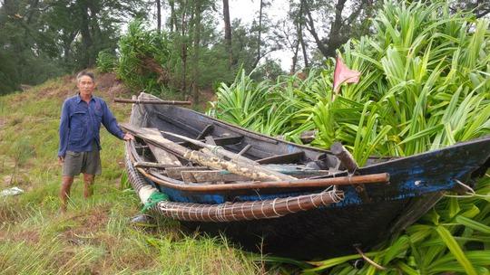 Thuyền của một ngư dân ở xã Trung Giang, Gio Linh bị hư hỏng nặng