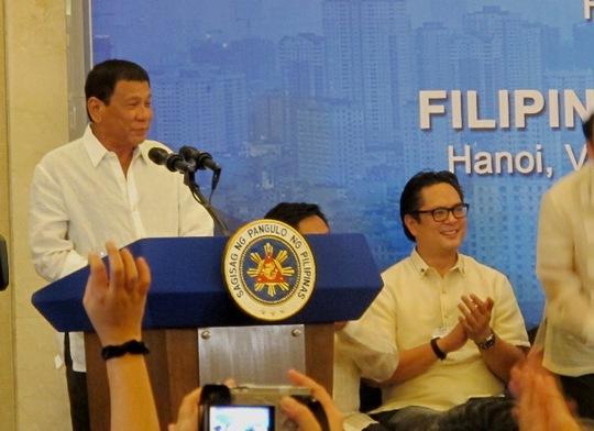Tổng thống Rodrigo Duterte nói chuyện với cộng đồng người Philippines tại Hà Nội
