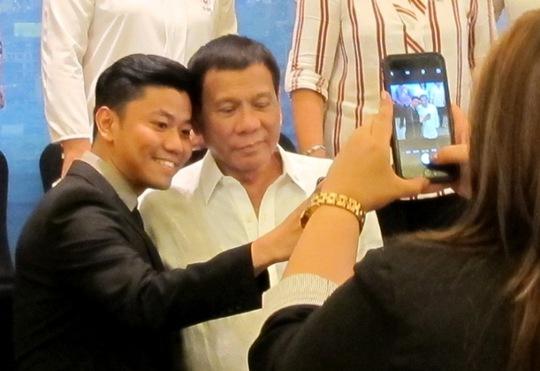 Tổng thống Rodrigo Duterte vui vẻ chụp ảnh với người dân Philippines tại Hà Nội
