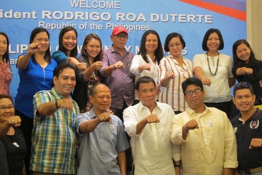 Giơ nắm tay thể hiện ủng hộ phong trào chống ma túy