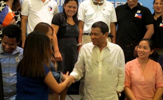 Chụp hình selfie với Tổng thống Philippines tại Hà Nội