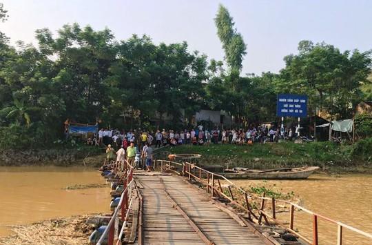 Hiện trường vụ tai nạn chết thương tâm trên cầu phao Vồm ở Thanh Hóa