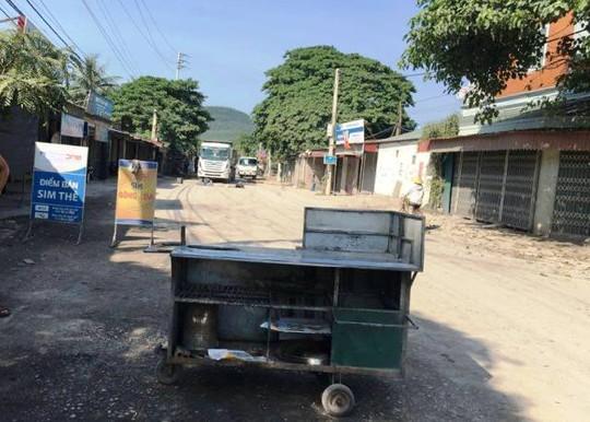 Người dân cho biết do xe tải hạng nặng chạy ra vào Cảng Nghi Sơn phá đường, gây bụi nên họ đóng cửa suốt ngày không làm ăn buôn bán gì được