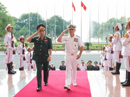 Trung tướng Phan Văn Giang, Tổng Tham mưu trưởng Quân đội Nhân dân Việt Nam, Thứ trưởng Bộ Quốc phòng (bìa trái), và Đô đốc Harry B. Harris, Jr., Tư lệnh Bộ Tư lệnh Thái Bình Dương Mỹ, trong cuộc gặp tại Bộ Quốc phòng Việt Nam - Ảnh: Đại sứ quán Mỹ