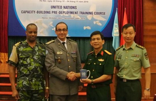 Đại tá Hoàng Kim Phụng (thứ hai từ phải qua) và các sĩ quan trong đoàn chuyên gia huấn luyện lưu động LHQ