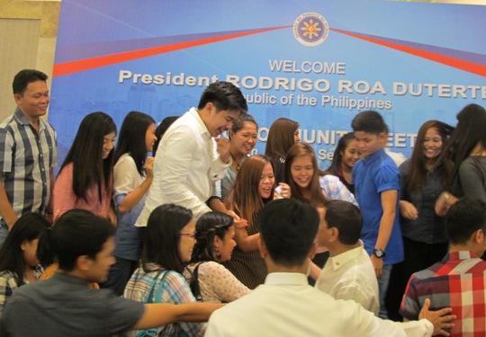 Ai cũng muốn bắt tay nhà lãnh đạo