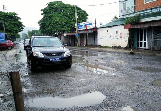 Trời mưa, đường tạo thành ổ trâu, ổ voi khiến nhiều người qua đây đã bị té ngã