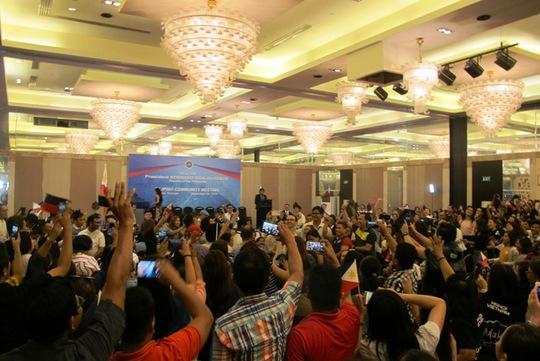 Thượng nghị sĩ Allan Peter Cayetano xuất hiện đầu tiên, được người dân chào đón nồng nhiệt