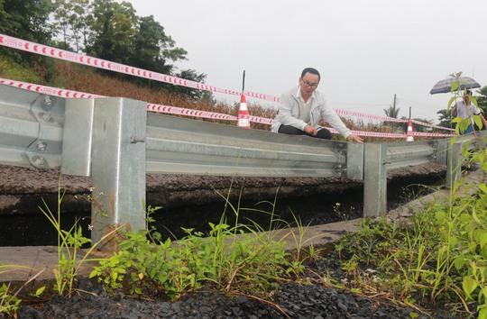 Phần âm của mặt đường bị sụt lún có điểm sâu 0,5 m. Ảnh L.P