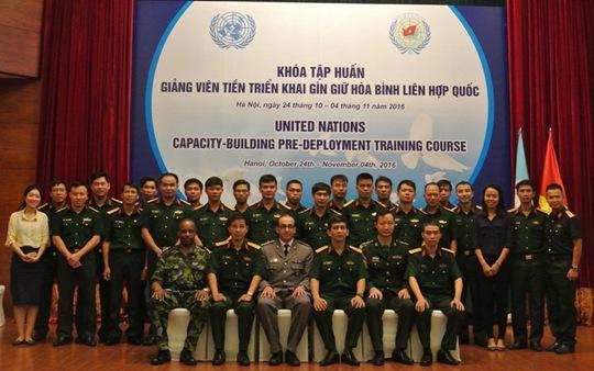 Các sĩ quan, cán bộ tham gia khoá huấn luyện chụp ảnh cùng chuyên gia, lãnh đạo