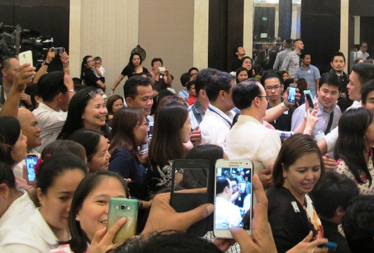 Ông vui vẻ chụp ảnh selfile cùng rất nhiều người
