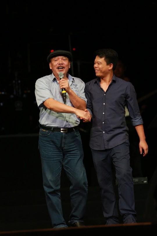 Nhạc sĩ Trần Tiến lên sân khấu bắt tay nhạc sĩ trẻ Hồng Kiên vì những bản phối tuyệt vời khiến ông gai người