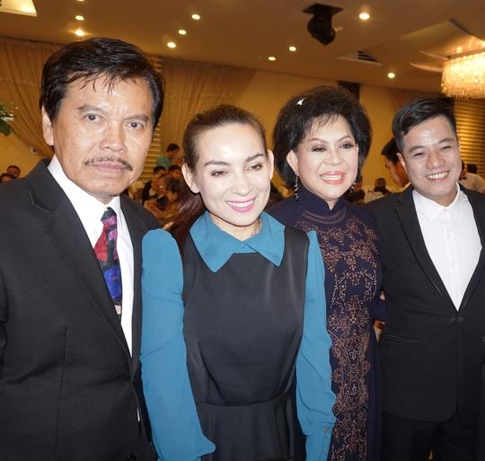 Vợ chồng ca sĩ Giao Linh và ca sĩ Phi Nhung, MC La Thoại Phi trong buổi tiệc tổ chức tối 25-10