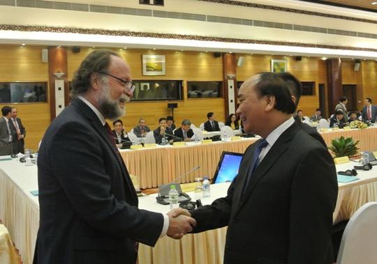 Ảnh: Thủ tướng chào mừng GS Ricardo Hausmann từ Đại học Harvard đến dự Hội nghị