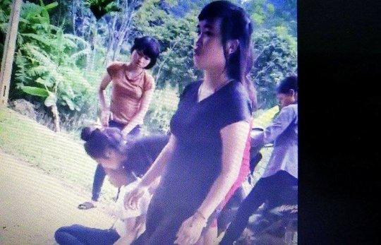Hình nữ sinh đá bạn bất tỉnh rồi lạnh lùng bỏ đi là học sinh lớp 12 Trường THPT Cẩm Thủy 3 - Thanh Hóa (ảnh cắt từ clip)