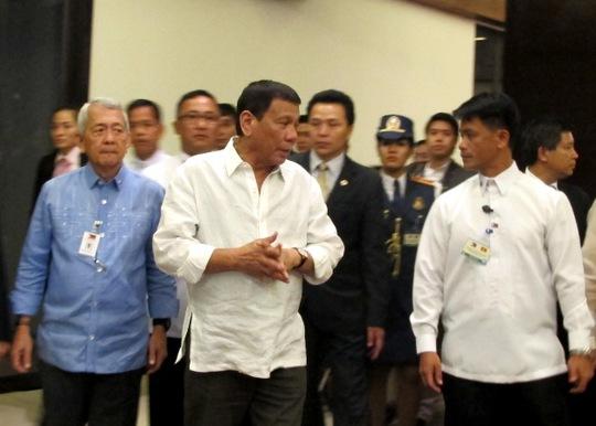 Tổng thống Philippines, ông Rodrigo Duterte cùng đoàn đại biểu đi vào khán phòng