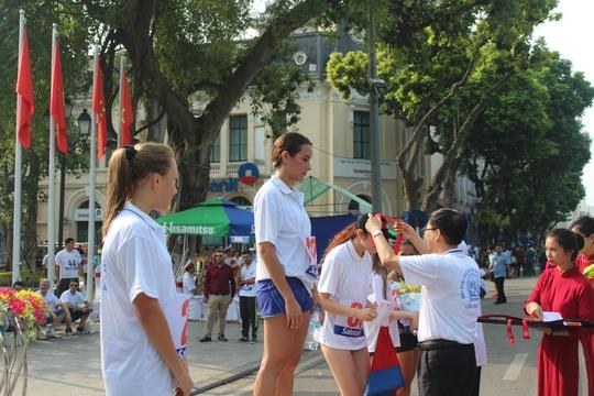 Ban tổ chức trao giải cho những vận động viên có thành tích tốt