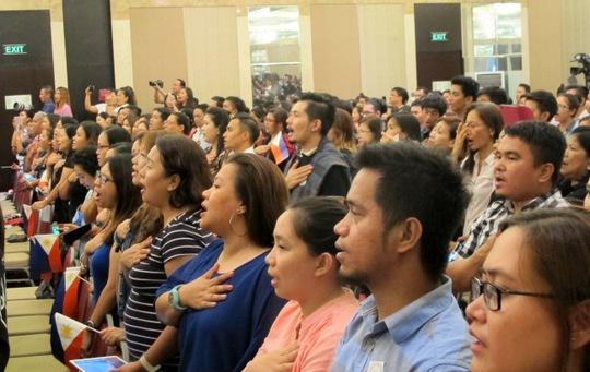 Người dân Philippines cất vang lời hát quốc ca