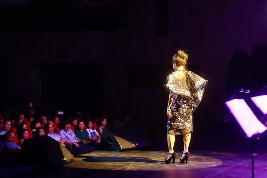 Hà Trần với chiếc váy thiết kế riêng, in hình những lời hát của Trần Tiến: Tôi đang mặc những câu hát của bố Tiến