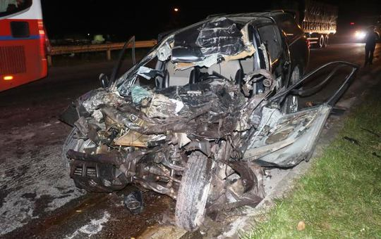 tHiện trường vụ tai nạn giao thông khiến chiếc ô tô bán tải nát bét đầu